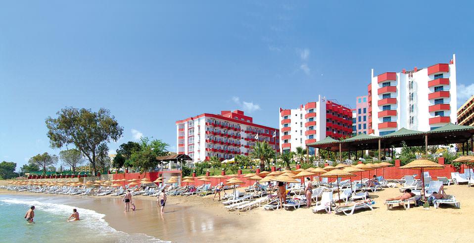 Отель состоит из двух корпусов, он буквально утопает в зелени и привлекает гостей прекрасными видами, открывающимися из окон.